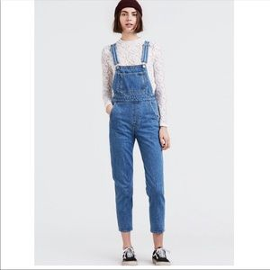 Levi's Mom Hey Shorty overalls NWT Size 25
